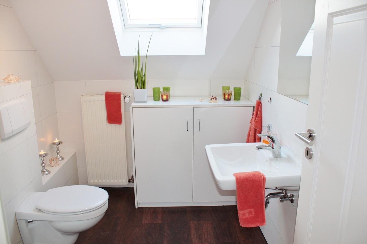 Jak pomalować płytki łazienkowe? Jak optycznie powiększyć łazienkę? Mała łazienka jaki kolor płytek