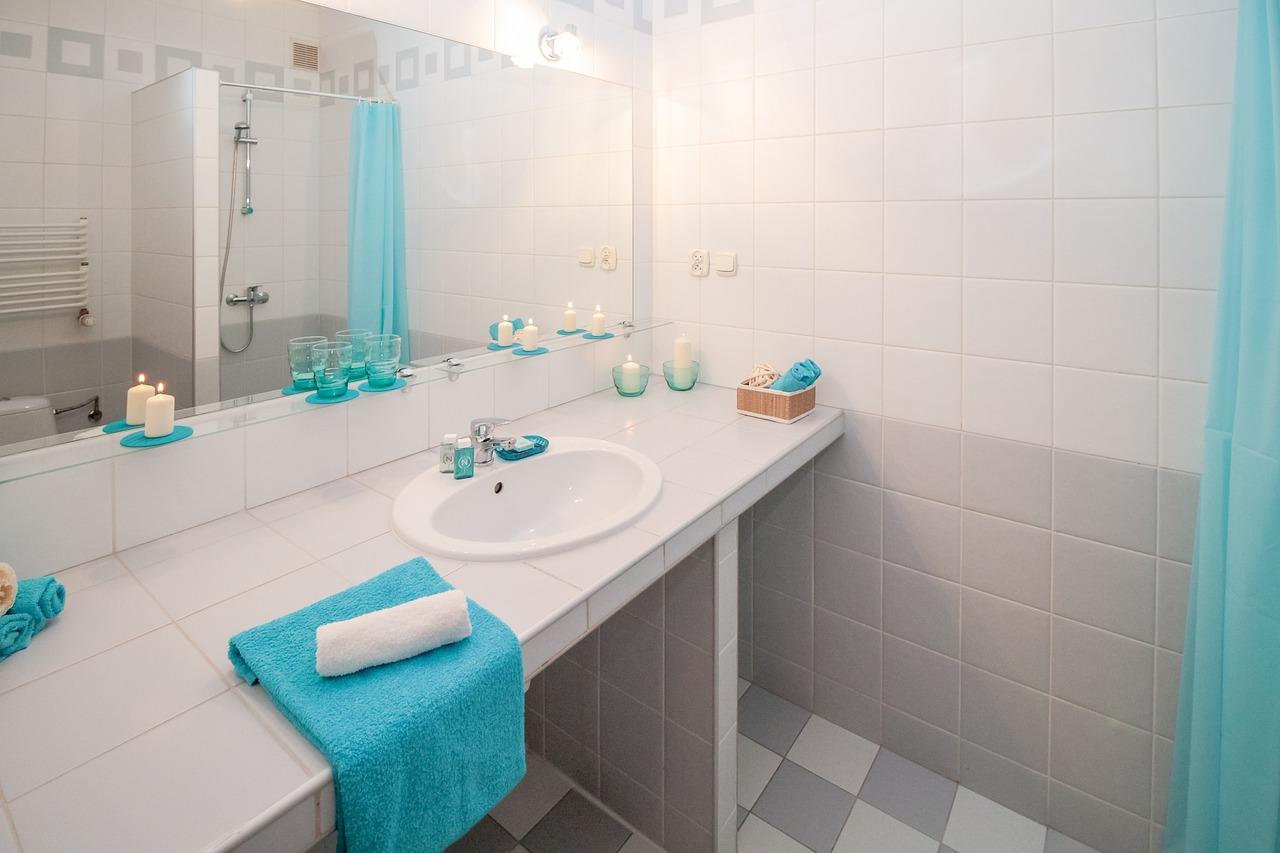 Projekt łazienki 2m. Dodatkowa łazienka, czy warto? Projekt małej łazienki na poddaszu