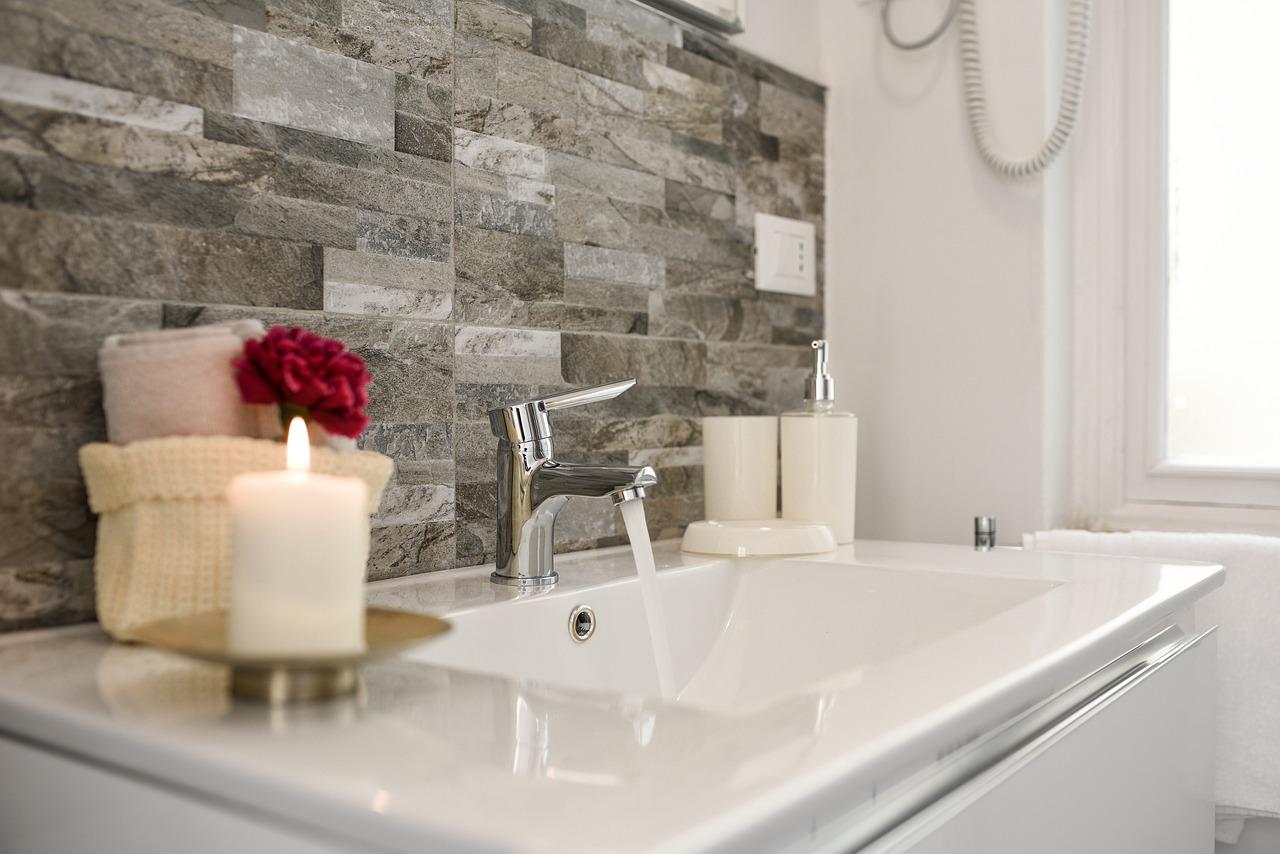 Projekty łazienek z elementami drewna. Łazienki z drewnem, czy nadal są modne? Projekty łazienek z drewnem