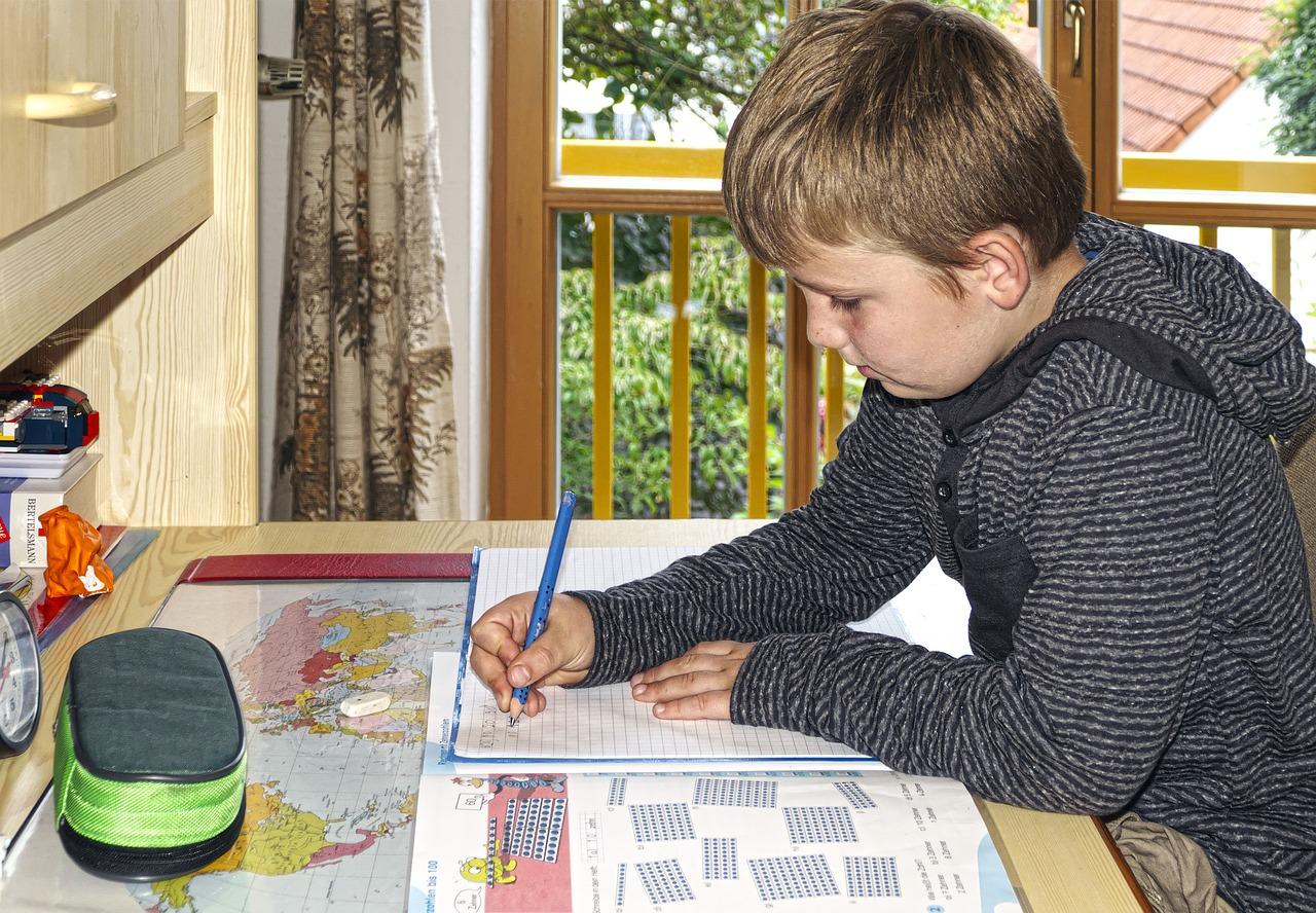 Dobre krzesło równa się efektywna praca – krzesło do biurka dla chłopca