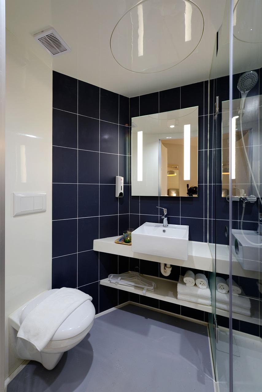 Mała łazienka- minimalistyczne kolory