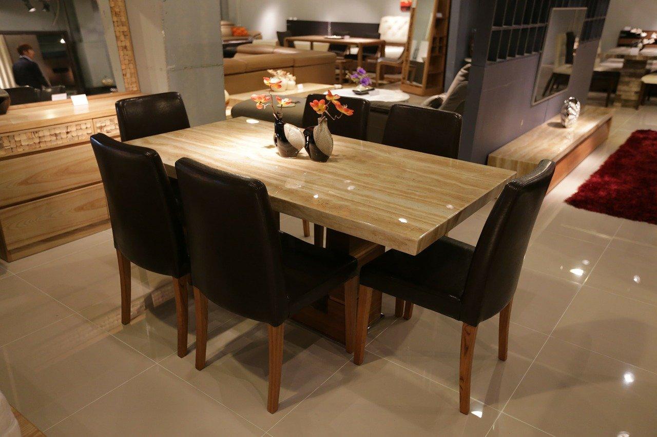 Wybieramy krzesła do jadalni: tapicerowane, drewniane czy plastikowe?