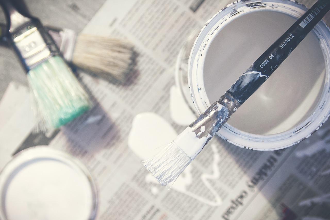 Malowanie ścian na biało po kolorze